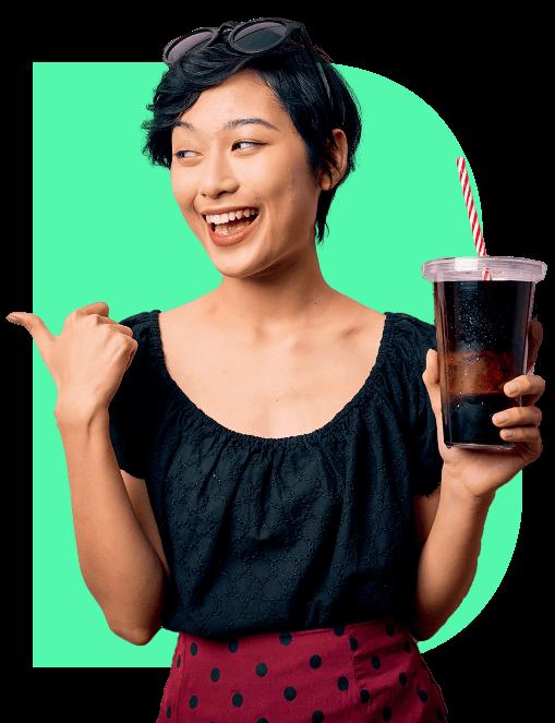 Garota segurando um copo de bebida B.blend apontando apra o texto ao lado